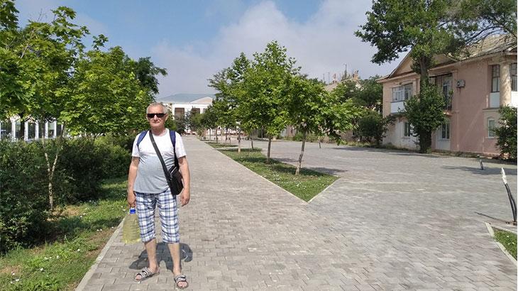 выложена тротуарная плитка